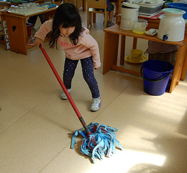 girl-mopping