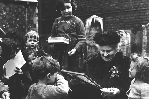 maria-montessori-with-kids